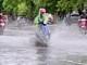 Mưa lớn gây ngập, các phương tiện giao thông ở thành Vinh 'bì bõm' lội nước