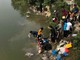 Bờ sông, hồ ở TP. Vinh ken kín người đi thả cá chép