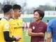 HLV Toshiya Miura hỏi thăm chấn thương của Nguyên Mạnh và Ngọc Hải