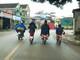 """Học sinh Nghệ An """"vô tư"""" đi xe máy, xe đạp điện dàn hàng ngang trên đường"""