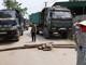 Người dân Hưng Nguyên chặn đường ngăn xe tải chở vật liệu