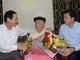 Phó Chủ tịch UBND tỉnh Lê Minh Thông thăm và chúc mừng các nhà giáo huyện Con Cuông