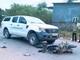 Hai người đàn ông không đội mũ bảo hiểm va chạm với xe bán tải nguy kịch