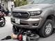 3 mẹ con đi xe máy không đội mũ bảo hiểm đối đầu xe bán tải