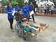 Xúc động cảnh nam sinh bị gãy chân được đội tình nguyện đưa đón khi đi thi