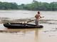 Người dân chèo thuyền nan liều mình vớt củi giữa dòng nước lũ