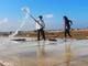 Cha và con trên cánh đồng muối Quỳnh Thuận (Quỳnh Lưu)