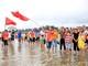 Du khách hào hứng tham gia Giải đua thuyền tại Lễ hội Du lịch Cửa Lò 2019