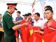 Đoàn thanh niên Bộ CHQS tỉnh trao tặng 2.000 lá cờ Tổ quốc cho ngư dân Cửa Lò