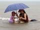 Bất chấp cảnh báo bão số 4, nhiều du khách vẫn tắm biển Cửa Lò