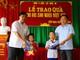 Công ty Điện lực Nghệ An trao 100 bộ đồng phục cho học sinh nghèo Quỳ Châu
