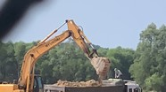 Bắt quả tang vụ khai thác đất không đúng khung thời gian quy định