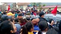 """Công Phượng """"bị"""" người dân quê nhà vây chặt, lãnh đạo huyện phải mở lối thoát"""