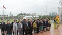 Đoàn công tác Ủy ban Dân tộc Quốc hội Lào dâng hoa tại Quảng trường Hồ Chí Minh