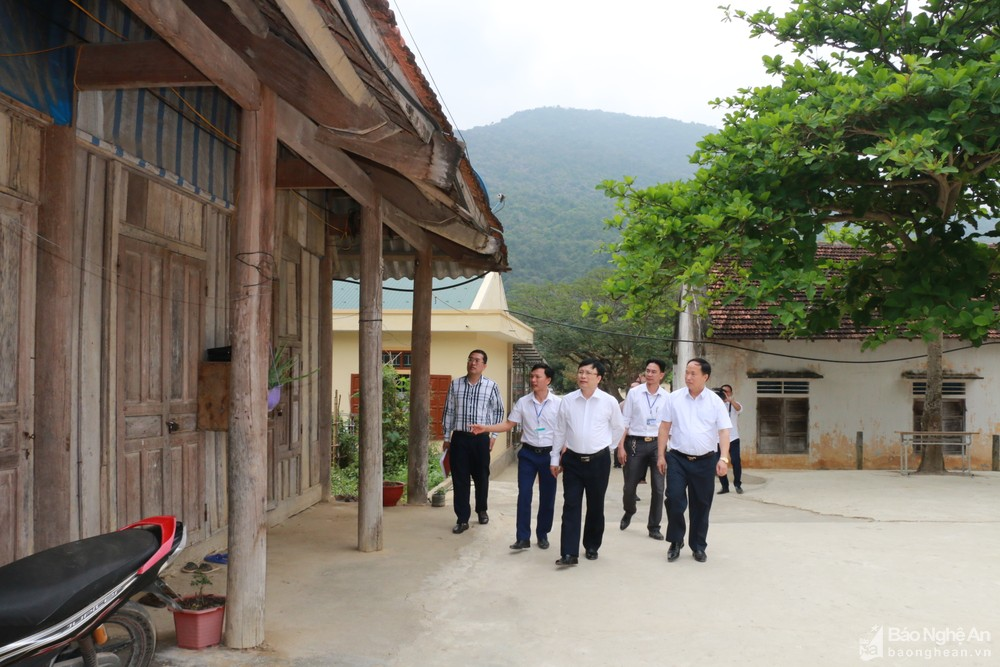 Phó Chủ tịch UBND tỉnh kiểm tra việc quy hoạch mạng lưới trường lớp ở huyện Kỳ Sơn