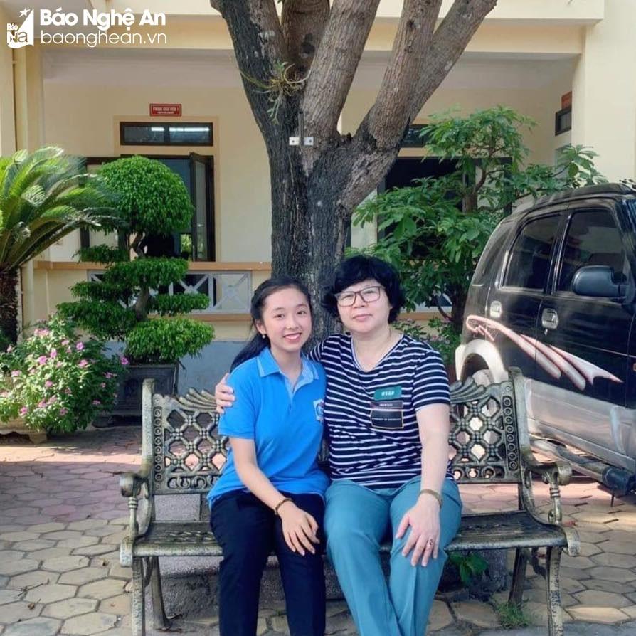 Trần Ngọc Vân Trang và cô giáo dạy Tiếng Anh của lớp 9G. Ảnh: NVCC