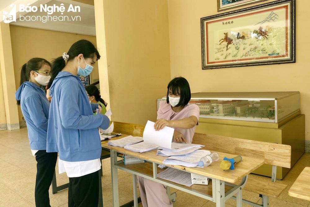 Các thí sinh đến nhập học tại Trường THPT Hà Huy Tập. Ảnh: Mỹ Hà