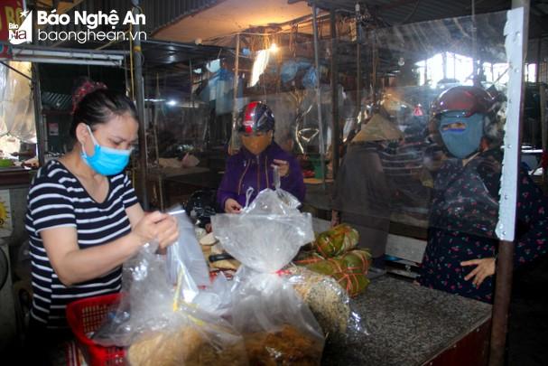 Các chợ trên địa bàn TP.Vinh lắp đặt tấm chống giọt bắn để đảm bảo an toàn. Ảnh: Q.A