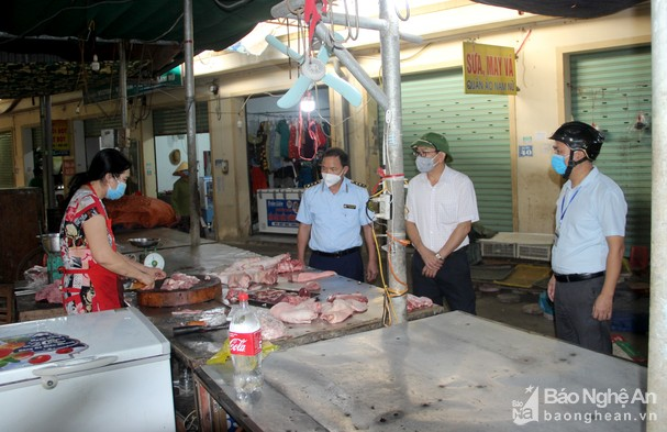 Đoàn công tác TP. Vinh kiểm tra công tác phòng chống dịch tại các khu chợ. Ảnh: Q.A