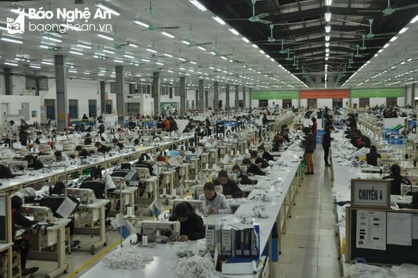 Dây chuyền may xuất khẩu của Công ty TNHH Havina Kim liên - Nam Đàn. Ảnh: Tùng Chi
