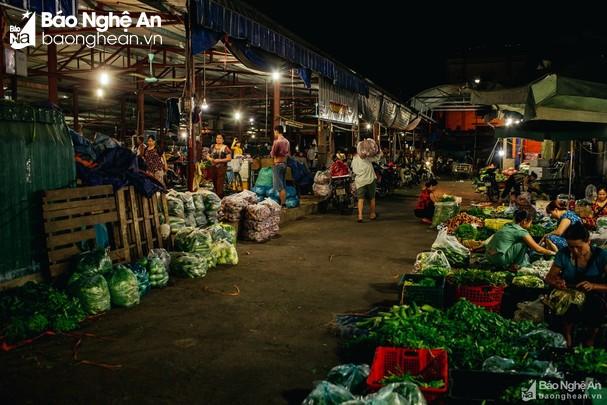 Chợ đầu mối Vinh khi chưa có dịch. Nhiều người đến chợ không khai báo. Ảnh tư liệu