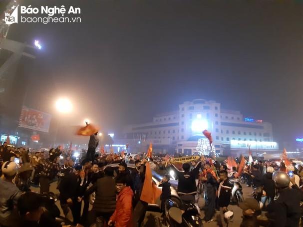 Hàng nghìn người đã đổ ra đường ăn mừng chiến thắng ngoạn mục của DDt Việt Nam. Ảnh: Thành Cường