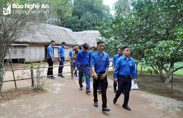 Các điển hình thanh niên tôn giáo tham quan Khu i tích quốc gia đặc biệt Kim Liên.
