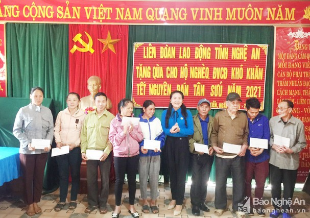Đồng chí Nguyễn Thị Thu Nhi trao quà cho các đoàn viên có hoàn cảnh khó khăn tại xã Lưu Kiền, huyện Tương Dương. Ảnh: Thanh Tùng