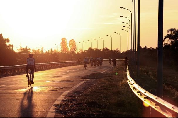 Buổi sáng trên đường ven sông Lam. Ảnh: P.V