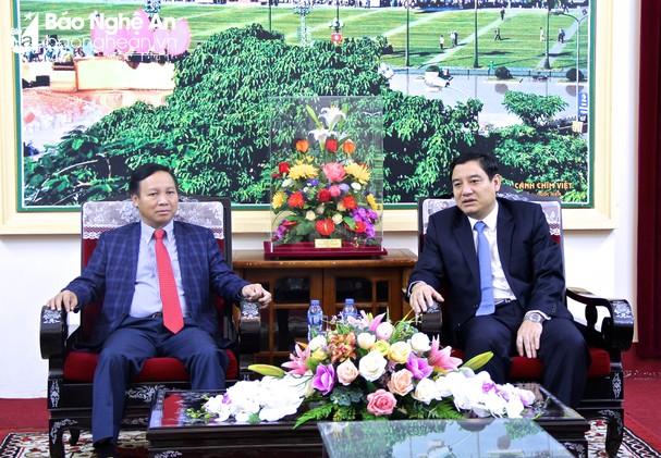Đại sứ Ngô Xuân Mạnh và Bí thư Tỉnh ủy Nguyễn Đắc Vinh trao đổi những thông tin liên quan đến năm hữu nghị Việt Nam - Liên bang Nga. Ảnh: Mỹ Nga