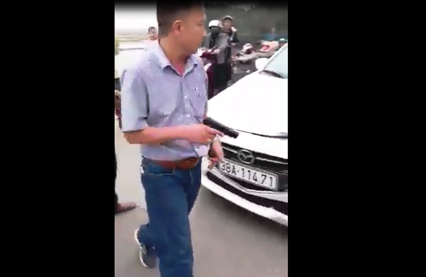 Sau khi húc văng xe máy, tài xế ôtô rút súng dọa bắn người - Ảnh 2.