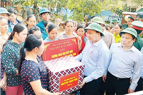 Thủ tướng Chính phủ Nguyễn Xuân Phúc thăm người dân vùng rốn lũ Quảng Bình, ngày 24/10/2020.