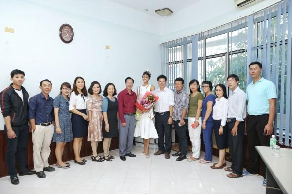 Trường cũ chào đón Hoa hậu H'Hen Niê về thăm - ảnh 8