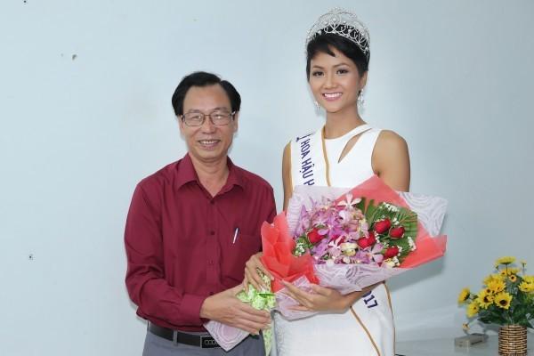 Trường cũ chào đón Hoa hậu H'Hen Niê về thăm - ảnh 7