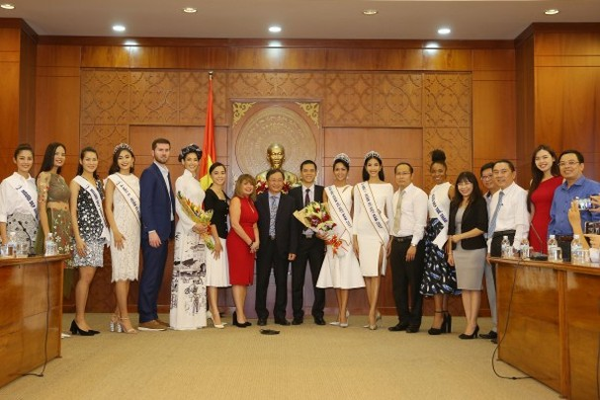 Trường cũ chào đón Hoa hậu H'Hen Niê về thăm - ảnh 13