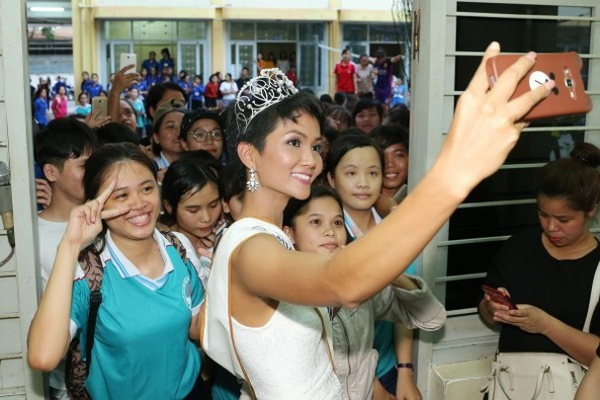 Trường cũ chào đón Hoa hậu H'Hen Niê về thăm - ảnh 4
