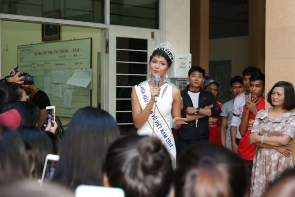 Trường cũ chào đón Hoa hậu H'Hen Niê về thăm - ảnh 5