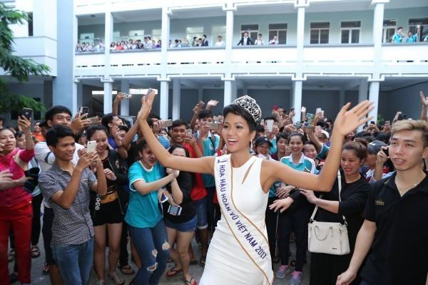 Trường cũ chào đón Hoa hậu H'Hen Niê về thăm - ảnh 2