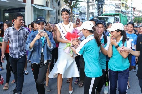 Trường cũ chào đón Hoa hậu H'Hen Niê về thăm - ảnh 1