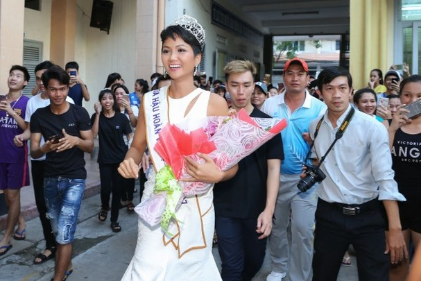 Trường cũ chào đón Hoa hậu H'Hen Niê về thăm - ảnh 3