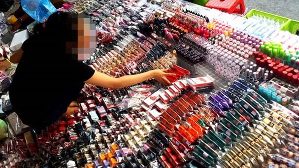 Mỹ phẩm trôi nổi bán tại một khu chợ đêm ở TP.HCM /// Ảnh: Ngọc Dương