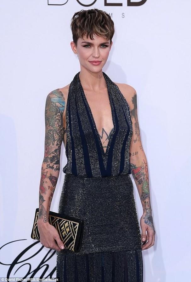 Sao Hollywood mặc váy khoét xẻ bạo, khoe hình xăm khắp người ở Cannes - ảnh 1