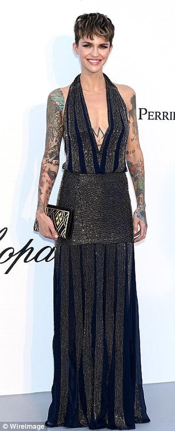 Sao Hollywood mặc váy khoét xẻ bạo, khoe hình xăm khắp người ở Cannes - ảnh 2