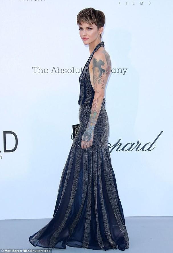 Sao Hollywood mặc váy khoét xẻ bạo, khoe hình xăm khắp người ở Cannes - ảnh 3