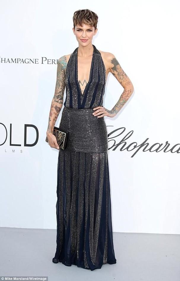 Sao Hollywood mặc váy khoét xẻ bạo, khoe hình xăm khắp người ở Cannes - ảnh 4