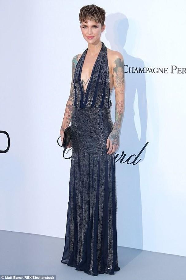 Sao Hollywood mặc váy khoét xẻ bạo, khoe hình xăm khắp người ở Cannes - ảnh 6