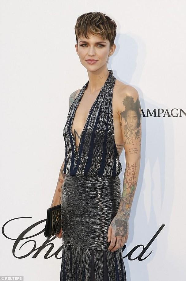 Sao Hollywood mặc váy khoét xẻ bạo, khoe hình xăm khắp người ở Cannes - ảnh 7