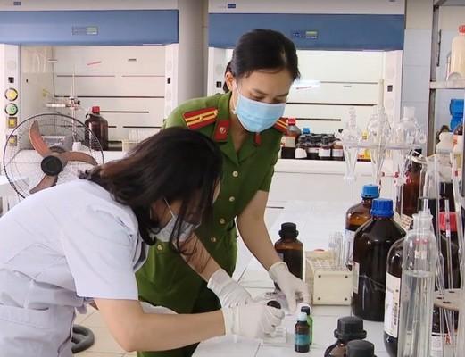 Các giám định viên Trung tâm Giám định ma túy, Viện KHHS - Bộ Công an tiến hành giám định viên nến chứa chất ma túy mới.