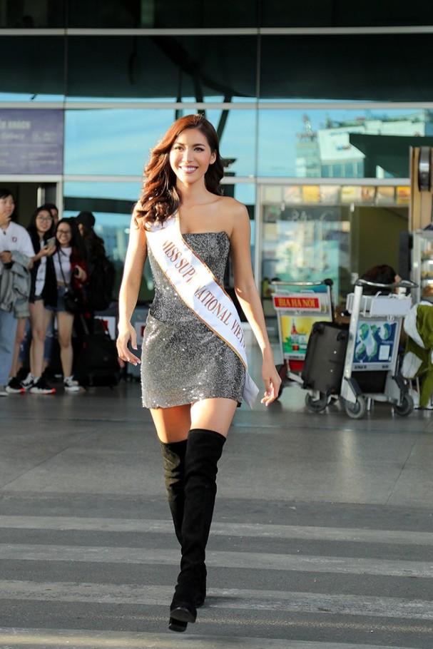 Trang phục ôm sát đi cùng đôi boots cổ cao, Minh Tú xinh đẹp rạng rỡ, thu hút sự chú ý.