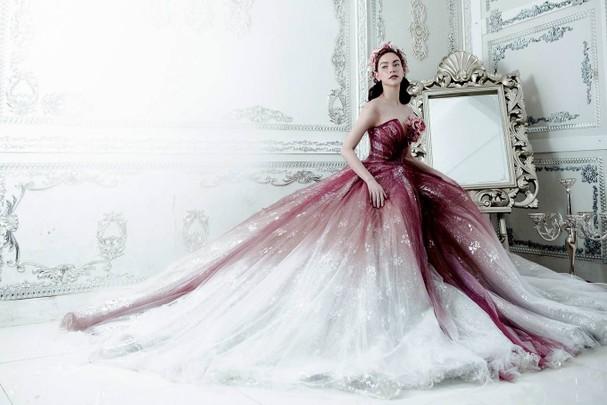 Hồ Ngọc Hà diện váy ren, sequin tôn vòng một